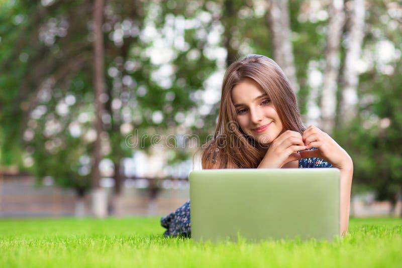 De vrouw met laptop thuis gelukkige tonende liefde met dient hartvorm in royalty-vrije stock afbeelding
