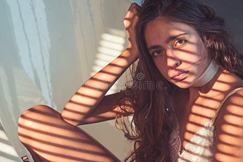 De vrouw met natuurlijke make-up ontspant in bad Vrouw met licht en schaduw van blinden op jonge gezonde huid Mooi meisje stock fotografie