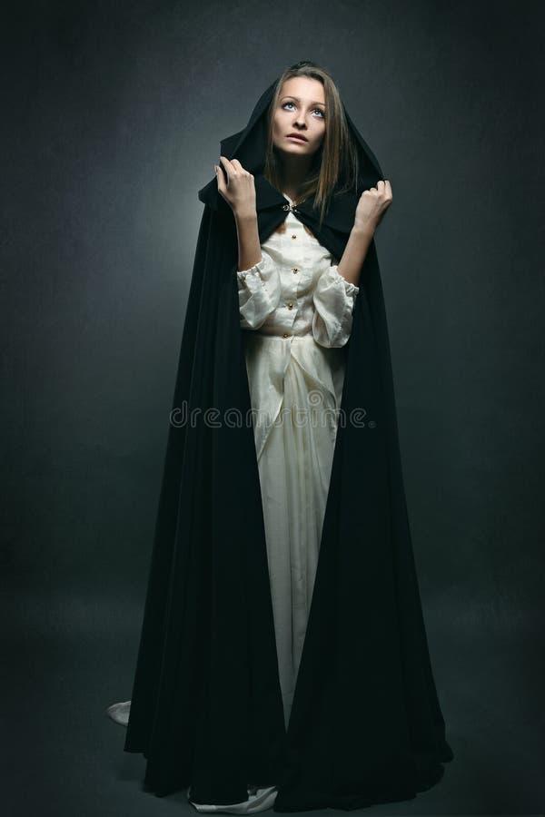 De vrouw met onschuldige uitdrukking bekijkt de hemel royalty-vrije stock fotografie
