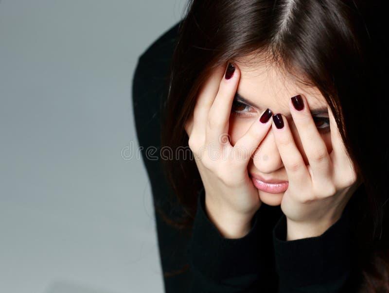 De vrouw met overhandigt haar hoofd stock foto