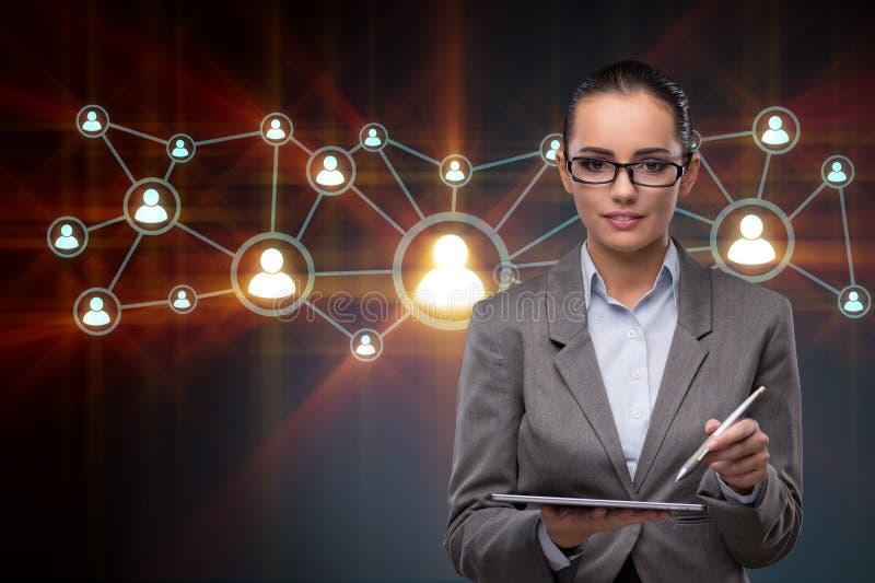 De vrouw met tablet in sociaal netwerkenconcept stock foto