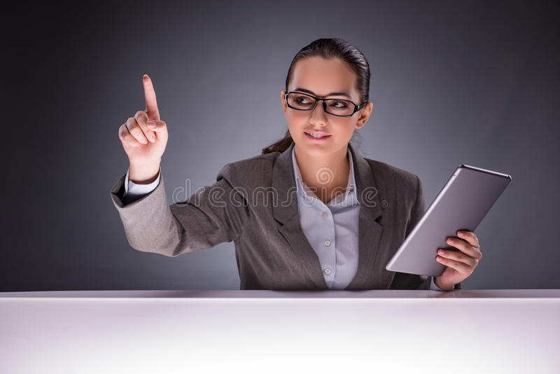 De vrouw met tabletcomputer in bedrijfsconcept stock fotografie