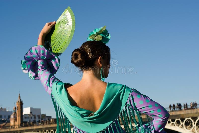De vrouw met de ventilator en het flamenco kleden zich stock fotografie