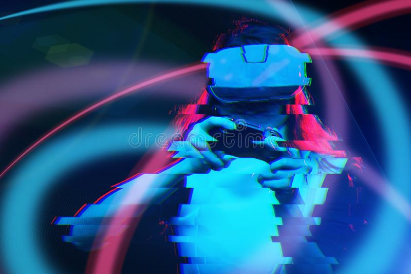 De vrouw met virtuele werkelijkheidshoofdtelefoon speelt spel Beeld met glitch effect stock foto