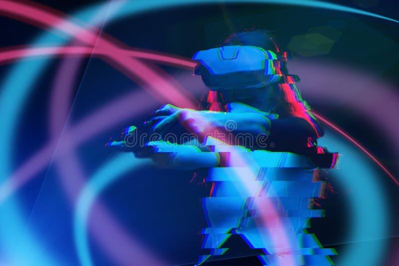 De vrouw met virtuele werkelijkheidshoofdtelefoon speelt spel Beeld met glitch effect royalty-vrije stock fotografie