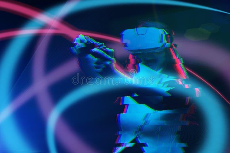 De vrouw met virtuele werkelijkheidshoofdtelefoon speelt spel Beeld met glitch effect stock afbeelding