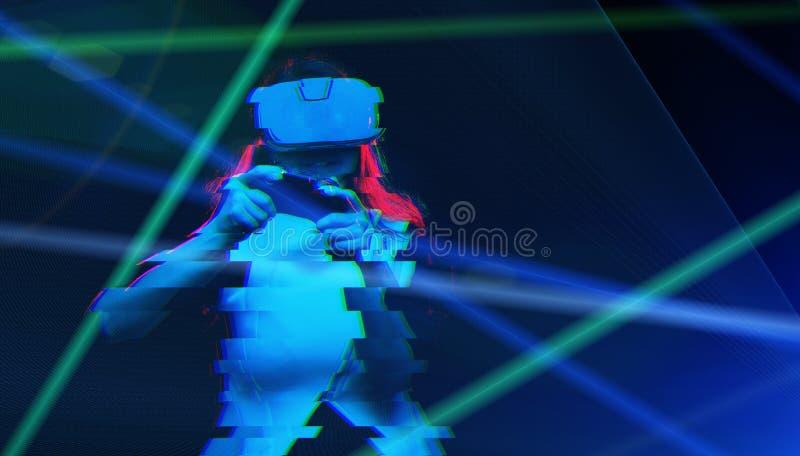 De vrouw met virtuele werkelijkheidshoofdtelefoon speelt spel Beeld met glitch effect stock fotografie