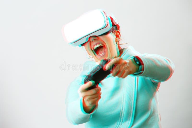 De vrouw met virtuele werkelijkheidshoofdtelefoon speelt spel Beeld met glitch effect royalty-vrije stock afbeelding