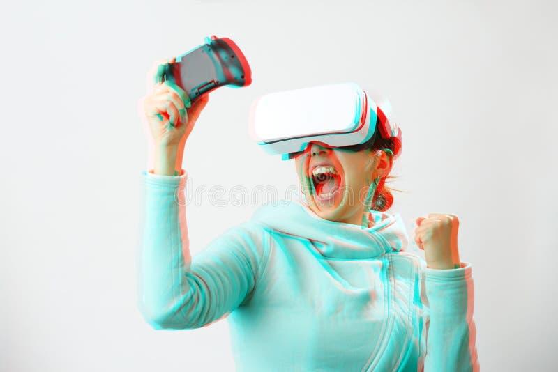 De vrouw met virtuele werkelijkheidshoofdtelefoon speelt spel Beeld met glitch effect royalty-vrije stock foto's