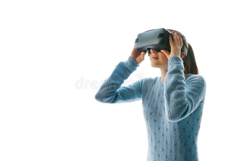 De vrouw met VR-glazen stock afbeeldingen