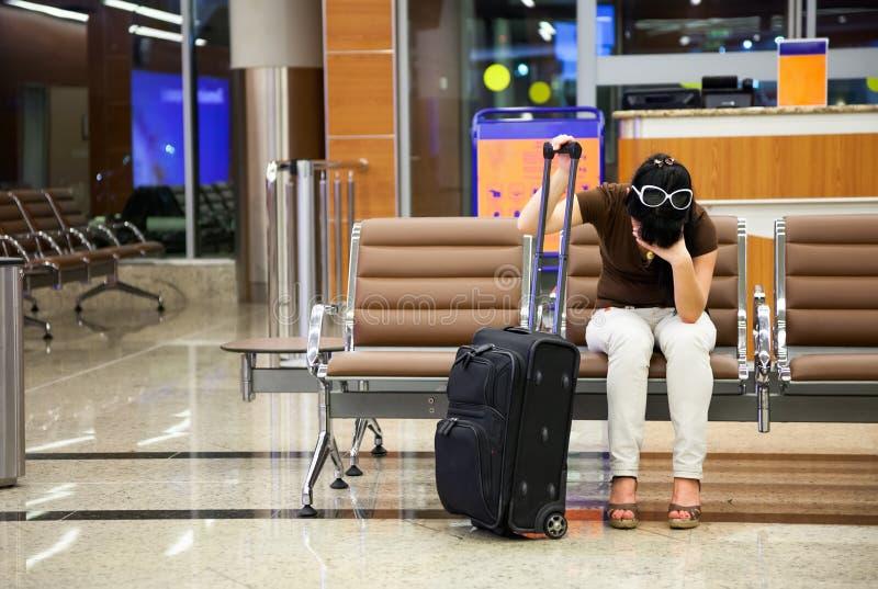 De vrouw miste het vliegtuig royalty-vrije stock afbeelding