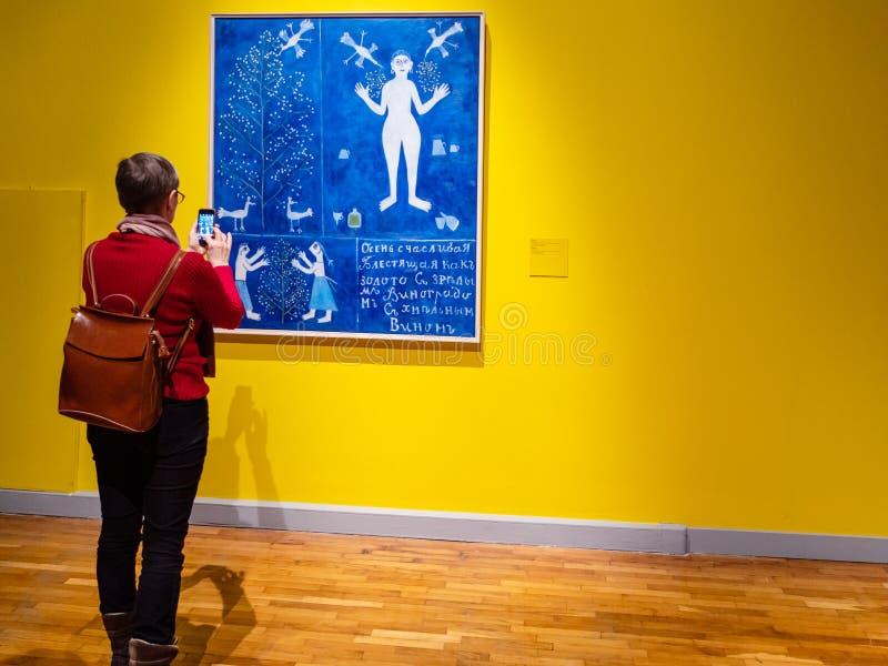 De vrouw neemt beeld in Nieuwe Tretyakov-Galerij stock foto's