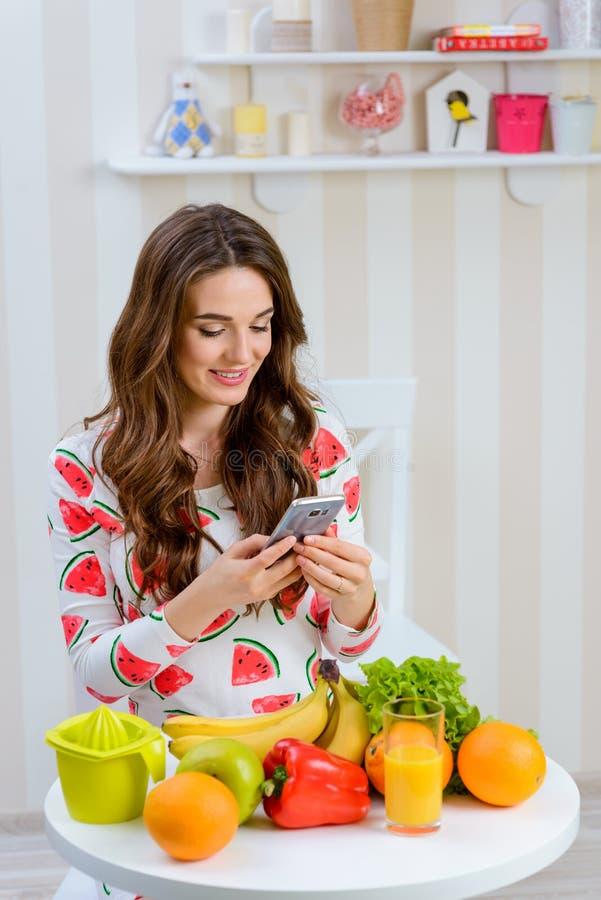 De vrouw neemt foto van voedsel stock foto's