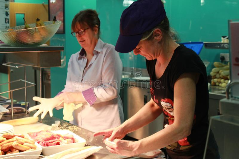 De vrouw neemt Glub en maakt voedsel royalty-vrije stock foto's