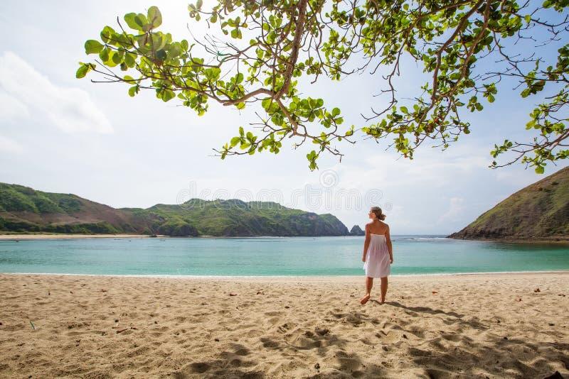 De vrouw neemt rust bij de overzeese kust royalty-vrije stock afbeeldingen