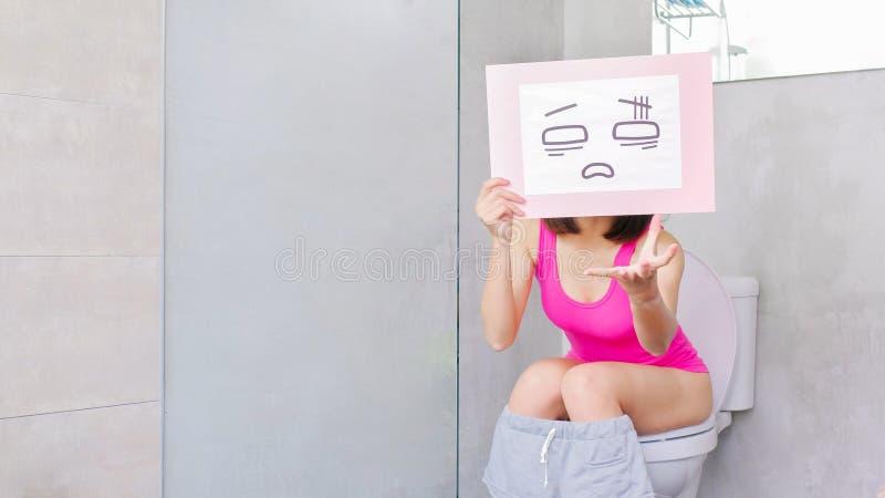 De vrouw neemt verwart aanplakbord stock afbeelding