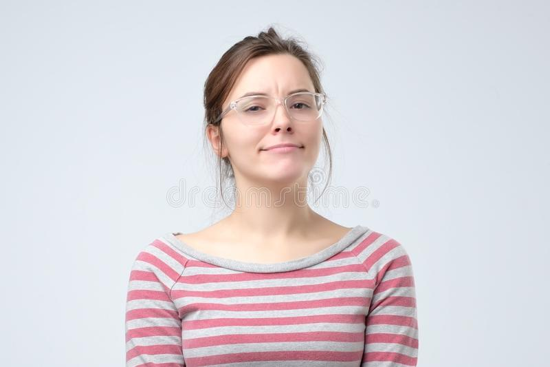 De vrouw is niet zeker en gelooft u niet stock fotografie