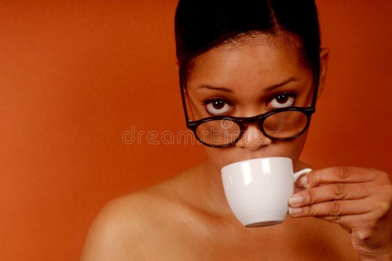 De vrouw nipt Koffie stock fotografie