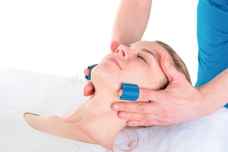 De vrouw ondergaat een gezichtsmassageprocedure royalty-vrije stock foto