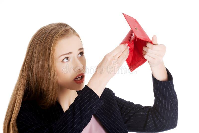 De vrouw onderzoekt haar lege portefeuille stock fotografie