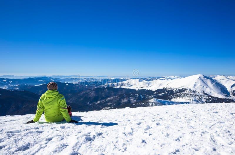 De vrouw ontspant in bergen tijdens de winter wandeling royalty-vrije stock afbeelding