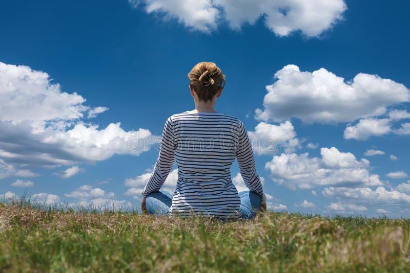 De vrouw ontspant op de berg bij mooie zonnige dag royalty-vrije stock fotografie