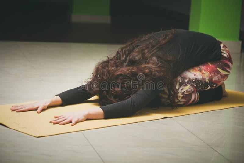De vrouw op yogaklasse in rust stelt binnen royalty-vrije stock fotografie