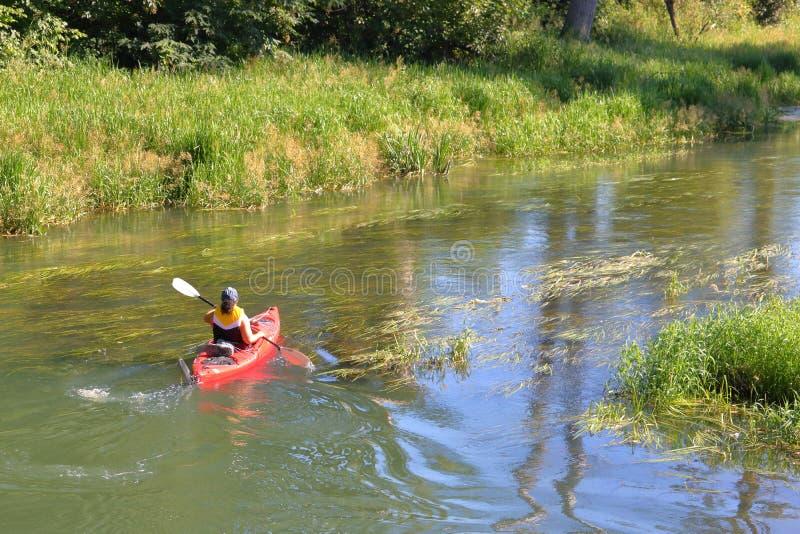 De vrouw paddelt Kajak bij het Winden van Stroom royalty-vrije stock foto's