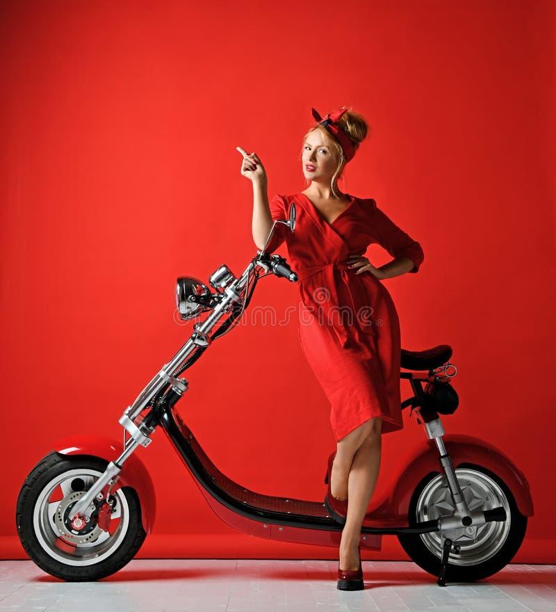 De vrouw pinup stileert autoped van de de motorfietsfiets van de rit de nieuwe elektrische auto huidig voor nieuw jaar 2019 die v stock afbeelding