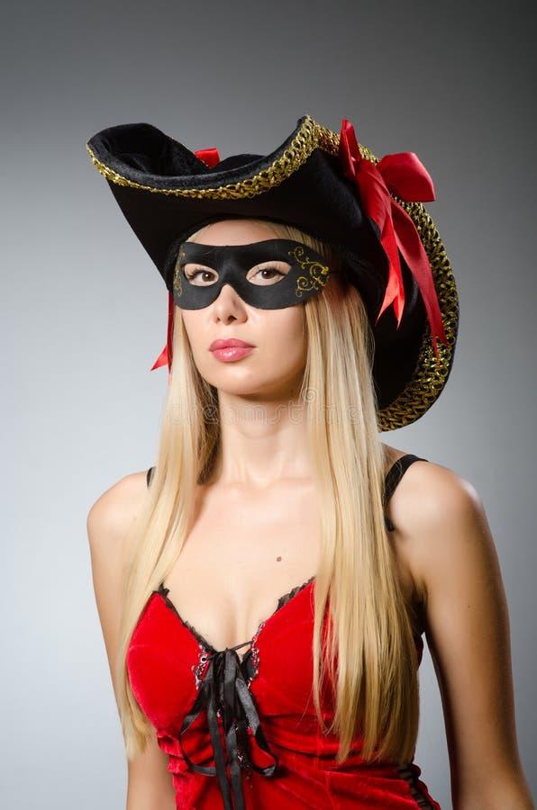 De vrouw in piraatkostuum - Halloween-concept royalty-vrije stock afbeeldingen