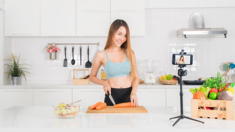De vrouw registreert de het koken video in de keuken royalty-vrije stock afbeelding