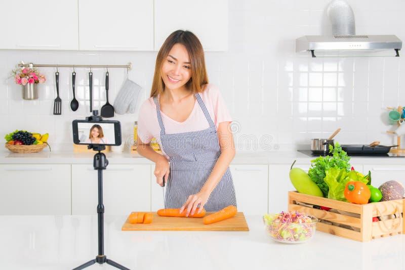 De vrouw registreert de het koken video in de keuken royalty-vrije stock afbeeldingen