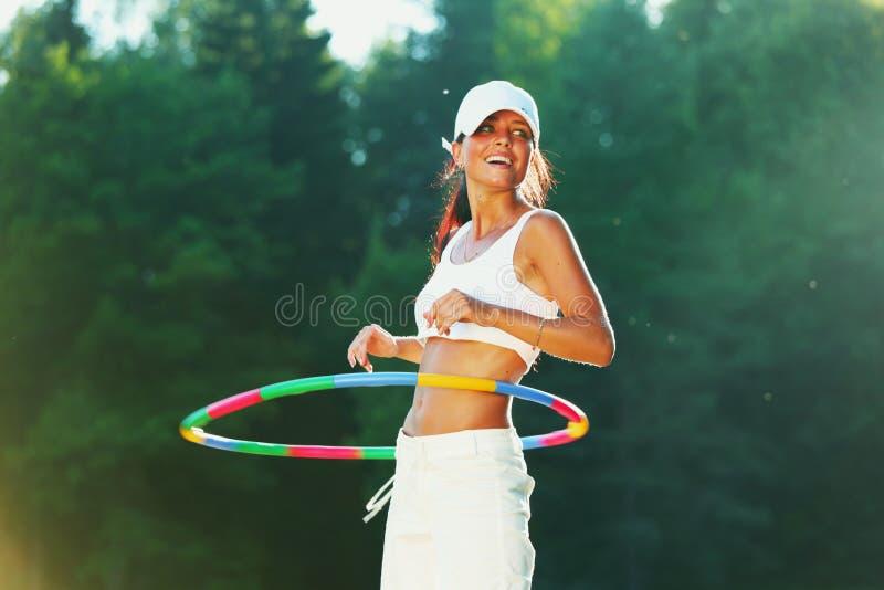 De vrouw roteert hulahoepel royalty-vrije stock fotografie
