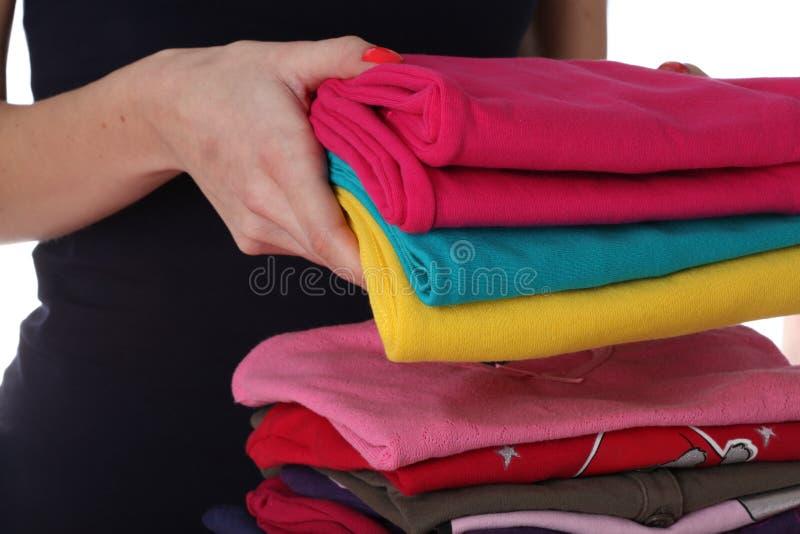 De vrouw schikt wasserij stock fotografie