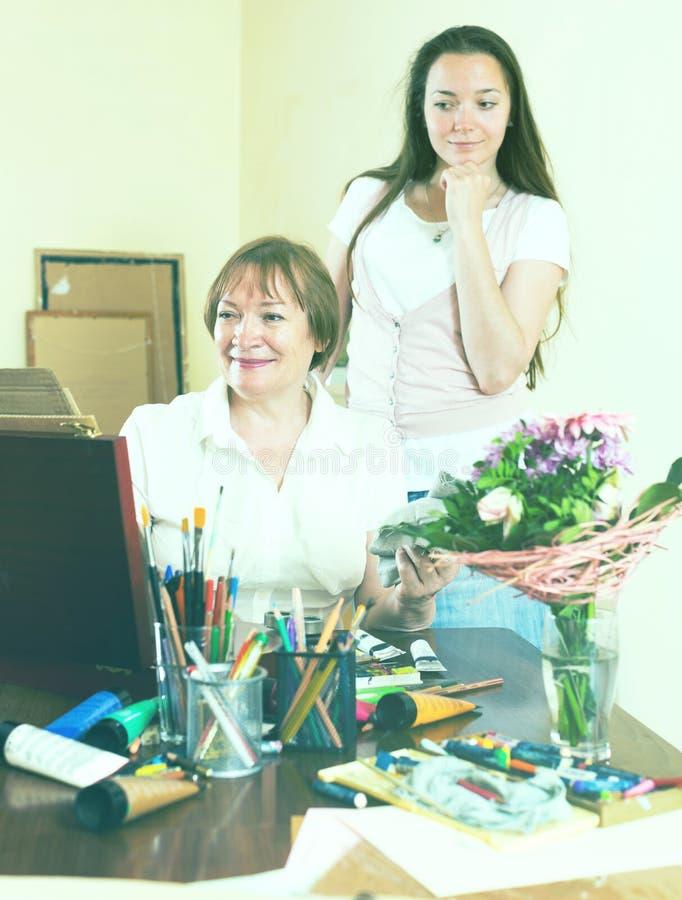 De vrouw schildert een beeld voor haar bewonderaar stock foto's