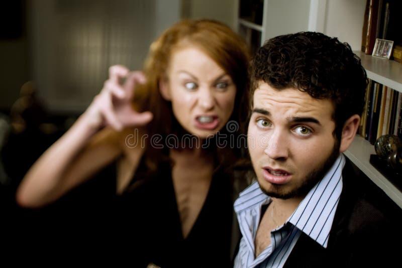 De vrouw schreeuwt bij de Mens stock foto's