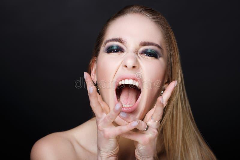 De vrouw schreeuwt luid stock afbeelding