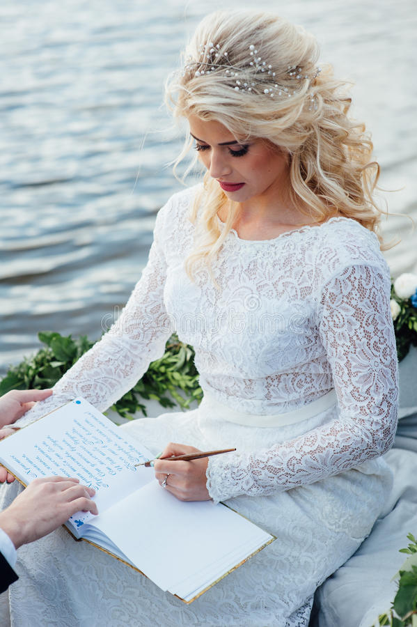 De vrouw schrijft op een document stock foto