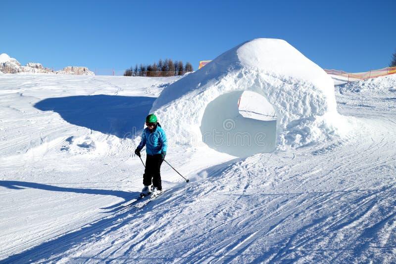 De vrouw ski?t op een zonnige dag royalty-vrije stock foto's