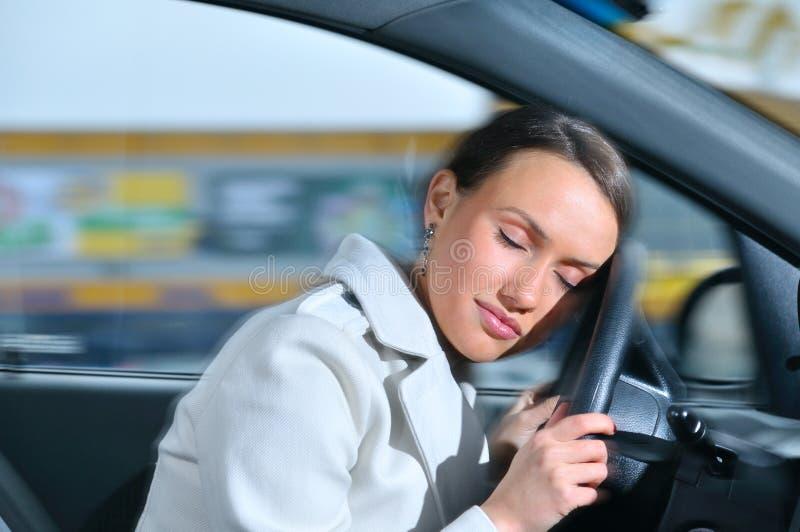 De vrouw slaapt in een auto royalty-vrije stock foto's