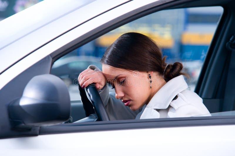 De vrouw slaapt in een auto stock afbeelding