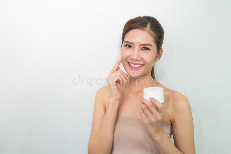 De vrouw, sluit omhoog studio op witte achtergrond Schoonheids vrouwelijk gezicht w stock foto