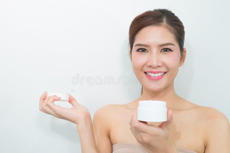 De vrouw, sluit omhoog studio op witte achtergrond Schoonheids vrouwelijk gezicht w stock fotografie