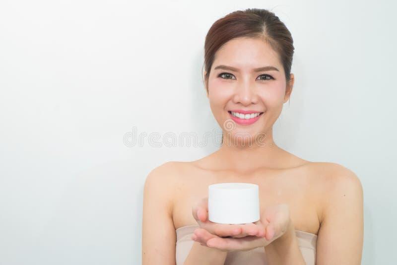 De vrouw, sluit omhoog studio op witte achtergrond Schoonheids vrouwelijk gezicht w royalty-vrije stock afbeelding