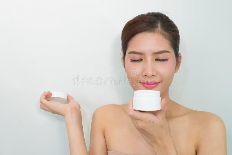 De vrouw, sluit omhoog studio op witte achtergrond Schoonheids vrouwelijk gezicht w royalty-vrije stock afbeeldingen