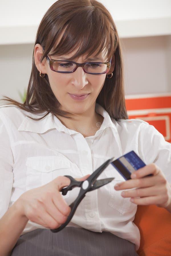 De vrouw sneed creditcard stock fotografie