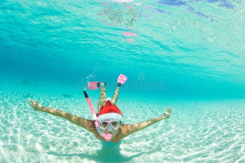 De vrouw snorkelt Kerstmisvakantie royalty-vrije stock fotografie