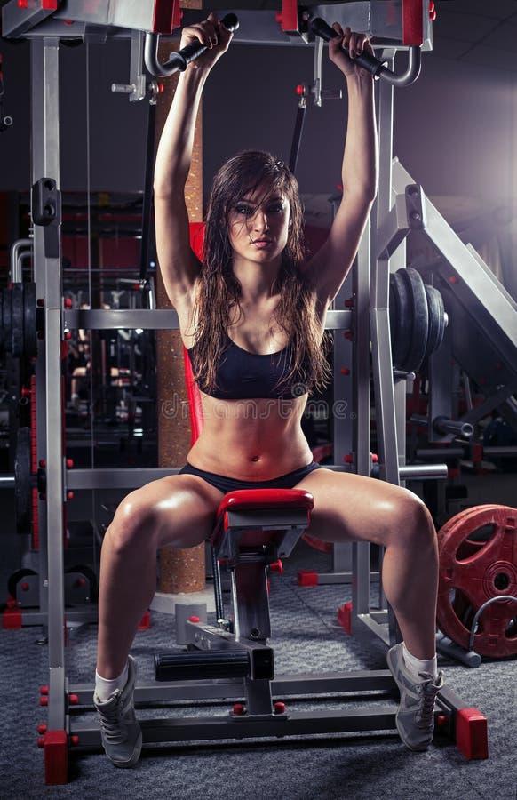 De vrouw van de hartstocht in sporthal stock foto