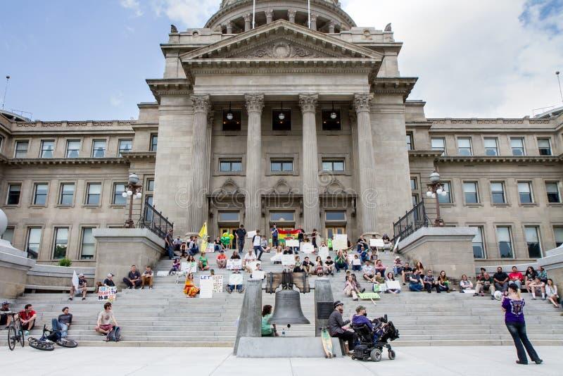 De vrouw spreekt aan menigte van mensen voor Marihuanalegalisatie royalty-vrije stock afbeeldingen