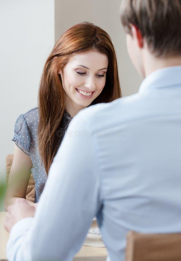 De vrouw spreekt met de mens bij het restaurant stock afbeelding